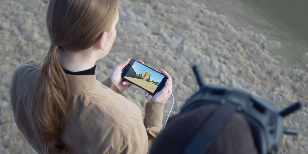 عینک Goggles V2 این قابلیت را دارد که با استفاده از یک کابل  تصاویر را به صورت زنده بر روی گوشی هوشمند خود نشان دهد.